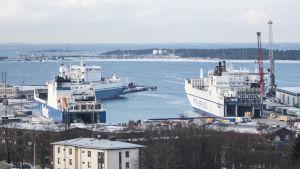 Tre fartyg i Hangö hamn. Bilden är tagen från Hangö vattentorn.