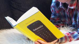 Hurja hassu lukija -bloggaaja lukee Arto Salmisen Kalavale-kirjaa.