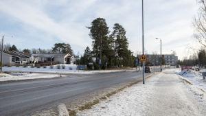 Sjundeå centrum. en väg med hus på sidan.