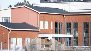 En skolbyggnad på distans.