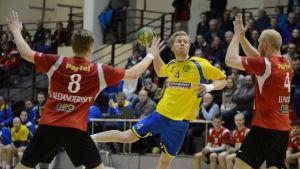 HIK:s Mathias Sandblom kastar bollen mot mål.