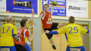 PIF:s Daniel Söderlund kastar bollen mot mål.