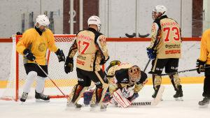 Bridgaden i gul skjorta spelade mot polisen i en vänskapsmatch i ishockey i Karis ishall.