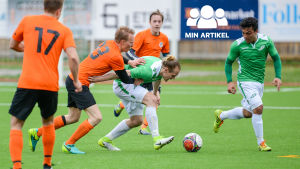 EIF:s Jonathan Törnroos kämpar om bollen mot Rasmus Wallikivi