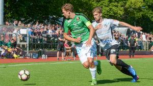 Zacharias Ekström jagar bollen
