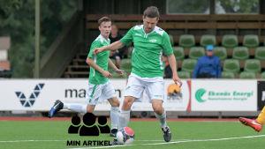 EIF:s Henri Hallgren och Andreas Wahlstedt (bakom) med bollen på plan.