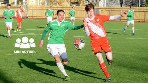 pojkar spelar fotboll