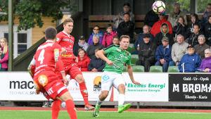 EIF:s Zacharias Ekström sparkar bollen, Jaros Oskar Snadström är sent ute.