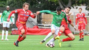 EIF:s Felix DeBona springer med bollen och Jaros Chantopoulos Charalampos försöker täcka.