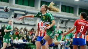 Valeriya Kirillova från Sjundeå IF skjuter ett hoppskott.
