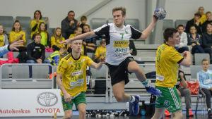 GrIFK:s Jasper Hellberg skjuter ett hoppskott mot mål.