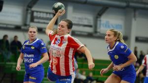 BK:s Elin Löf kastar bollen mot mål.