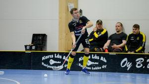 Henrik Himmelroos tar emot bollen med klubban.