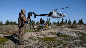 Helikopteri ilmassa, kuvaaja kuvaa