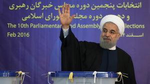Irans president Hassan Rouhani vinkar efter att ha lagt sin röst i valet 26.2.2016
