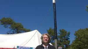 Robin Sundberg framför festivaltältet.