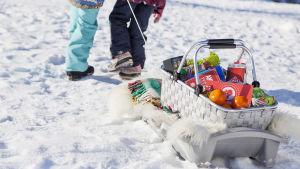 Barn drar matkorg i pulka