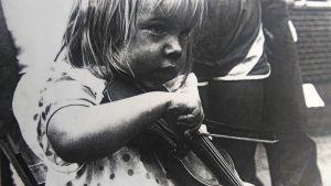 Aili Järvelä pikkutyttönä viulua soittamassa.