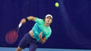Tennisspelaren Otto Virtanen servar.