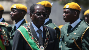 Zimbabwes president Robert Mugabe omgiven av soldater