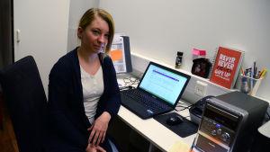 Malin Båtmästar i sitt kontor. Boken bredvid henne beskriver henne ganska bra: Never never never give up.