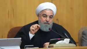 Irans president Hassan Rouhani håll på söndag kväll ett tal till nationen där han sa att folket har rätt att få sin röst hörd men varnade för våld