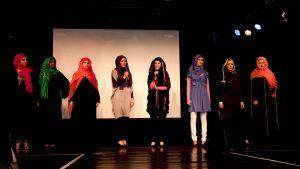 Kollektionens designers tackade publiken i sina egna kreationer.