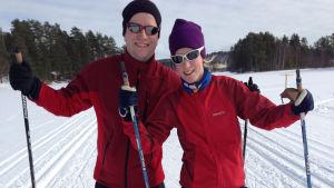 Viivi Maria Saarenkylä veljensä Jussin kanssa hiihtolenkillä.