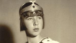 Vivica Bandler prinssinä koulun juhlassa, kuvausvuosi 1930.