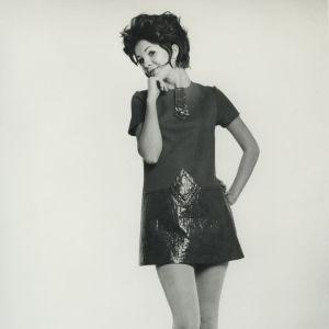 En kvinna poserar i en minikjol.