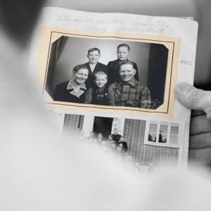 vanha valokuva kädessä
