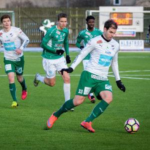 IFK M:s Aleksei Kangaskolkka springer med bollen.