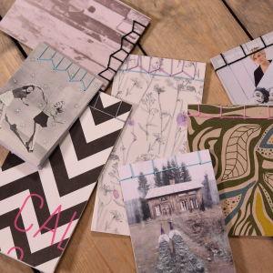 Handgjorda häften med pärmar av postkort.