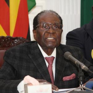 Robert Mugabe håller ett tal.