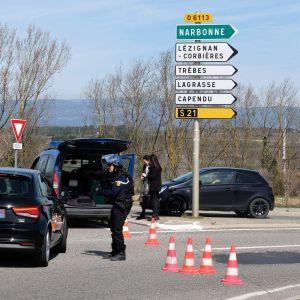 Polisbilar har blockerat en väg på väg till Trebes.