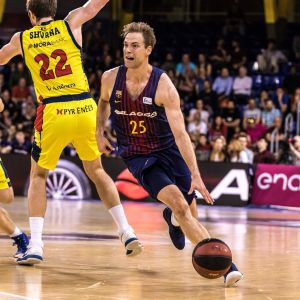 Petteri Koponen spelar basket.