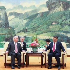 USA:s utrikesminister Rex Tillerson och Kinas president Xi Jinping i Peking.