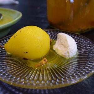 Gurkmejainkokta päron med grädde på ett fat