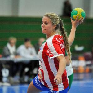 BK-46:s Emilia Holmberg kastar bollen.