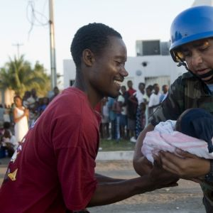 Bolivisk FN-soldat överlämnar spädbarn till dess far