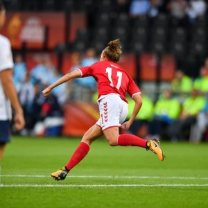 Katrine Veje firar mål vid EM 2017.