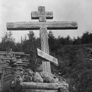 I. K. Inhan valokuvassa vanha risti Niskan koskella