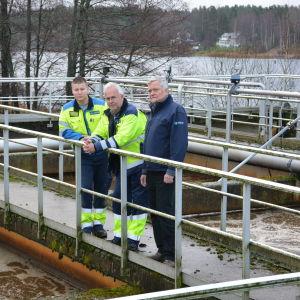 Robin Lönnberg, Jörn Granroth och Tom Törnroos vid kvävereningsbassängen