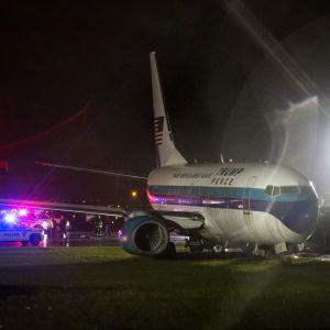 Bild på vicepresidentkandidat mike Pences flygplan som åkt av landnignsbanan
