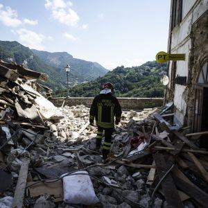 Brandman går igenom ruiner i Arquato del Tronto.