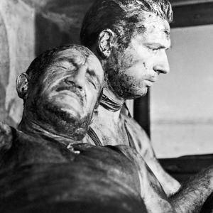 Jo (Charles Vanel) ja Mario (Yves Montand) elokuvassa Pelon palkka