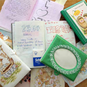 Ankas gamla dagböcker. En sida är uppslagen, där står det: I dag hade vi sexualkunskap. Vi fick kondomer. De gick ut i januari i år ...