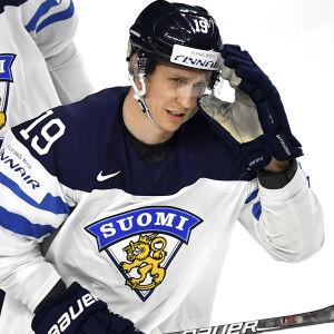 Veli-Matti Savinainen i Finlands landslagströja.