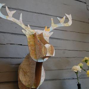Kartongista tehty peuran pää Strömsön huvilan seinällä.