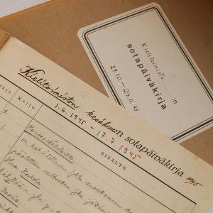 """Kun kaikesta oli sotien jälkeen puutetta, Kielitoimiston puhelinneuvonnassakin käytettiin """"sotapäiväkirjoja"""" kesällä 1945."""